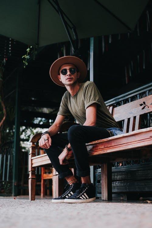人, 坐, 墨鏡, 太陽眼鏡 的 免費圖庫相片
