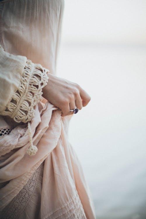 Základová fotografie zdarma na téma osoba, prsten, ruka, šperky