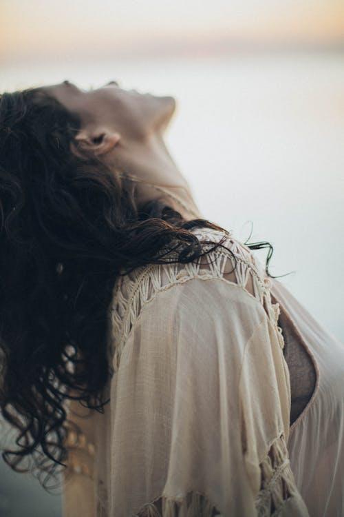 Immagine gratuita di donna, guardando lontano, persona