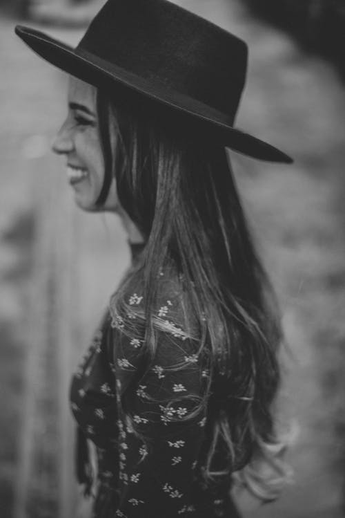 Free stock photo of black and white, black hair, chapeu, girl
