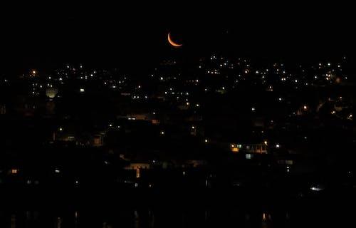 Бесплатное стоковое фото с город, городской, луна, ночь