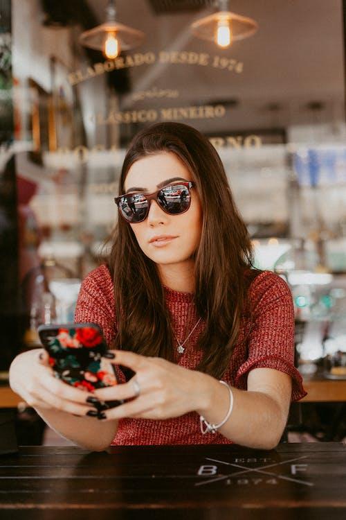 休閒, 墨鏡, 女人, 放鬆 的 免费素材照片
