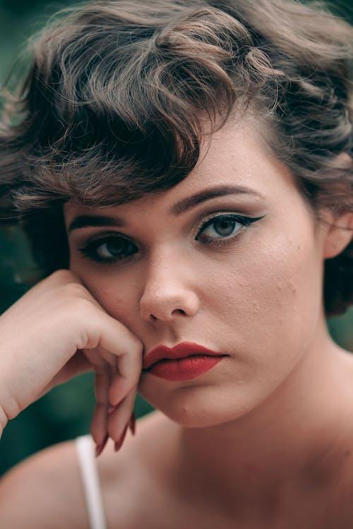 Immagine gratuita di capelli corti, donna, donna bellissima, in posa