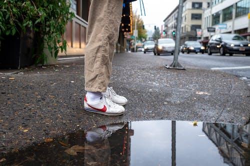 反射, 汽車, 白色的鞋子, 站立 的 免費圖庫相片