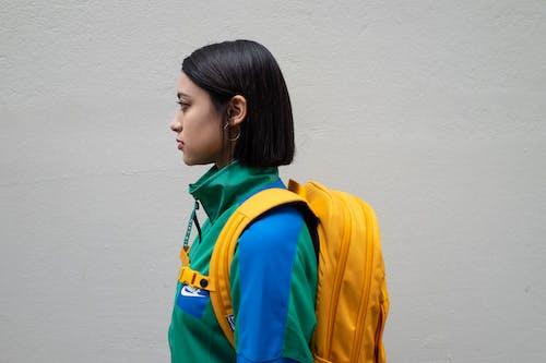 Gratis lagerfoto af fra siden, kvinde, rygsæk, stå