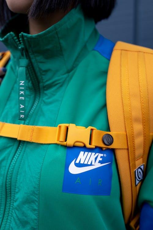 Gratis stockfoto met adolescent, backpack, band, binnen