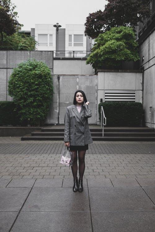 aşındırmak, Asyalı kadın, ayakta, çanta içeren Ücretsiz stok fotoğraf