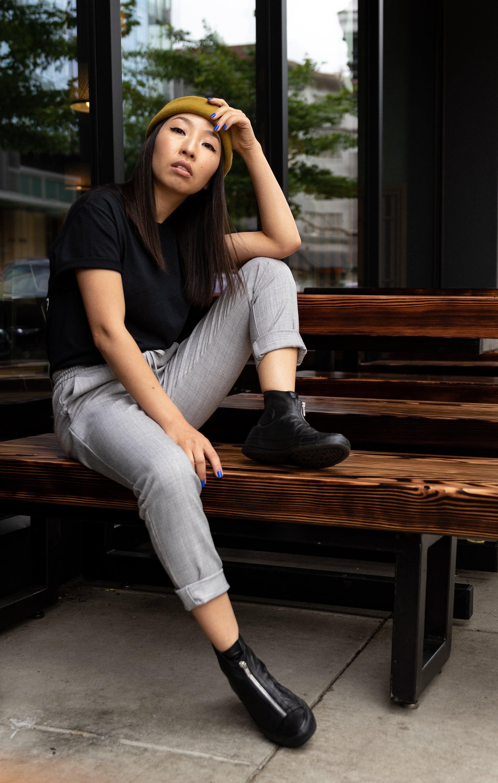 Foto d'estoc gratuïta de adult, asiàtica, assegut, banc