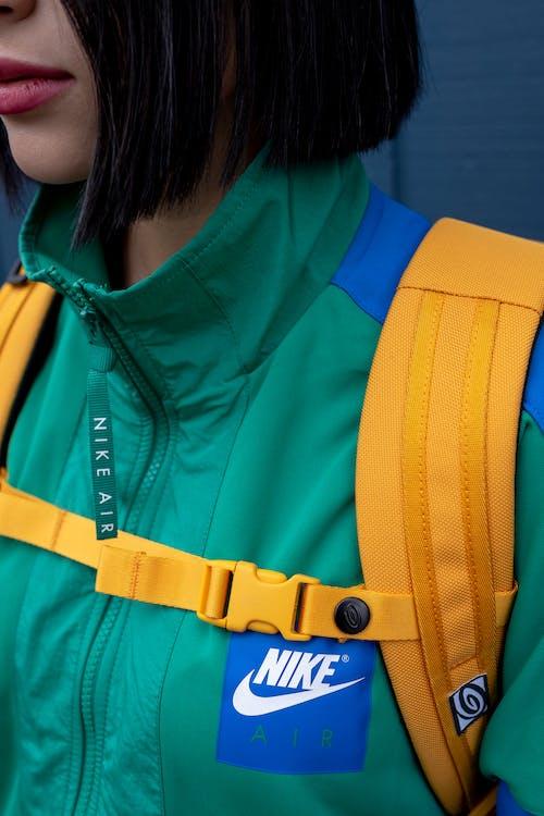 Základová fotografie zdarma na téma barvy, batoh, bunda, dívání
