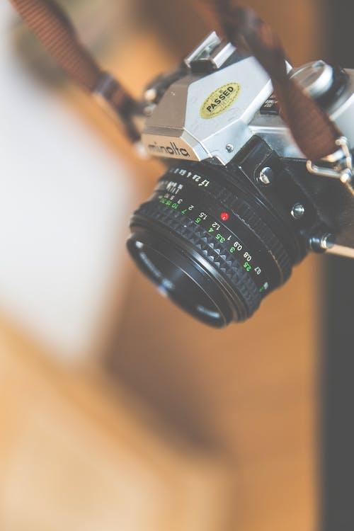 Безкоштовне стокове фото на тему «minolta, висіння, камера, класичний»