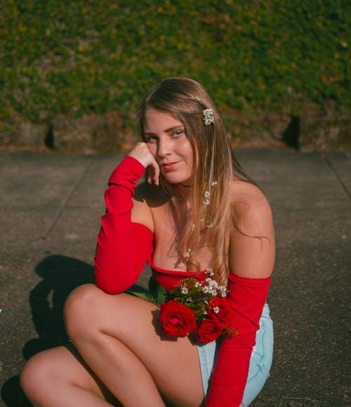 Základová fotografie zdarma na téma atraktivní, červené růže, chodník, dáma