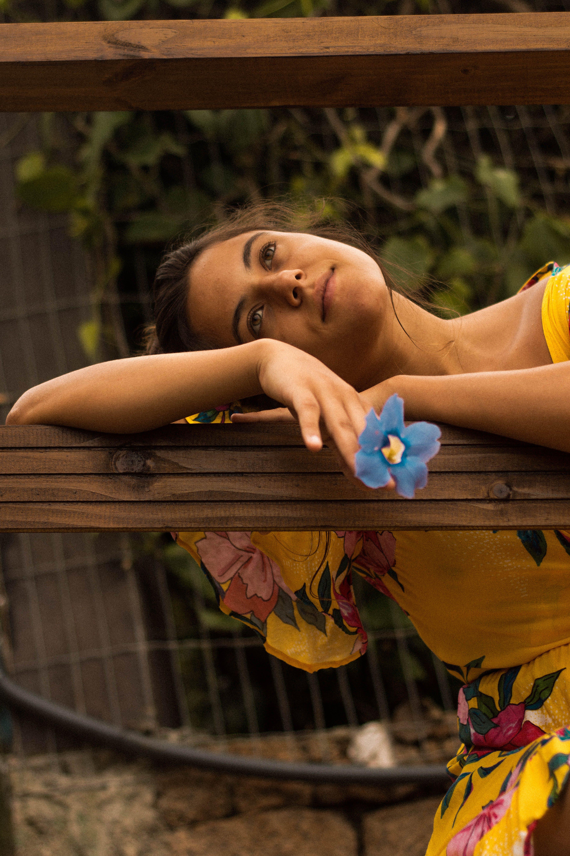 Základová fotografie zdarma na téma atletka, květní pupen, žluté šaty
