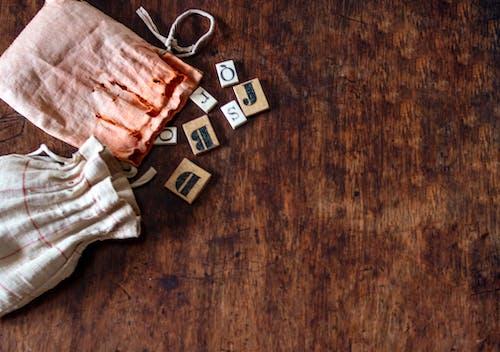 Δωρεάν στοκ φωτογραφιών με αναπαριστώ, εμπόδια, ξύλινο τραπέζι, ξύλο