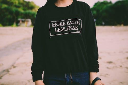 Kostnadsfri bild av kvinna, person, svart, tröja
