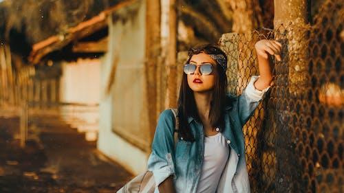 人, 印花大手帕, 墨鏡, 夾克 的 免费素材照片