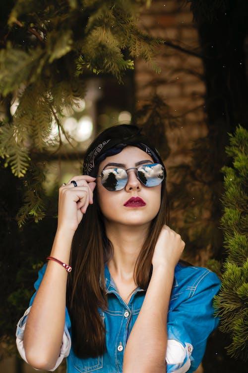 Kostenloses Stock Foto zu attraktiv, bandana, baum, brillen