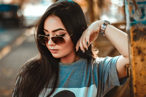 Vrouw In Grijze T Shirt Rustende Elleboog Op Metalen Paneel