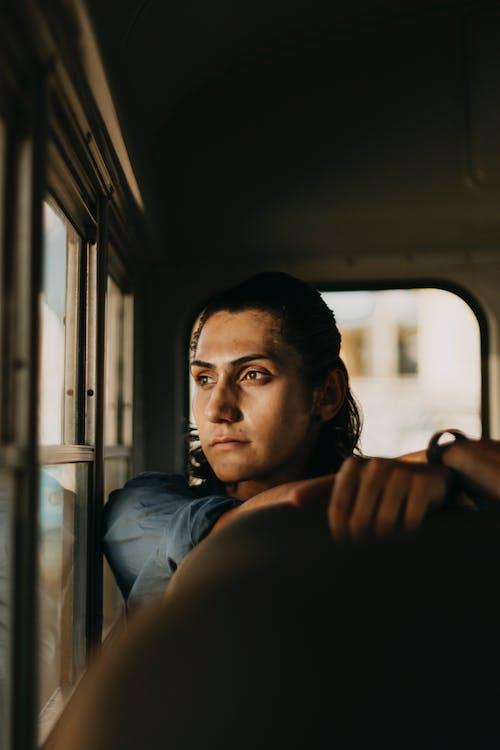 Foto profissional grátis de adulto, homem, janela do carro, sentado