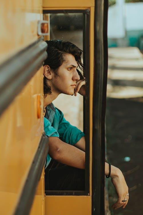 Homme Assis Sur La Porte Du Bus Scolaire