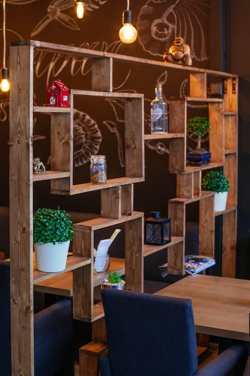 Foto d'estoc gratuïta de bombeta, cadira, de fusta, decoració d'interiors