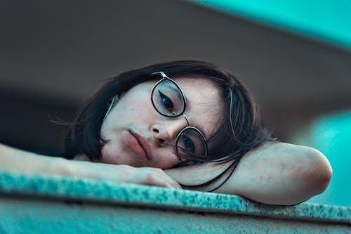 Δωρεάν στοκ φωτογραφιών με βαριέμαι, γκρο πλαν, γυαλιά οράσεως, γυναίκα