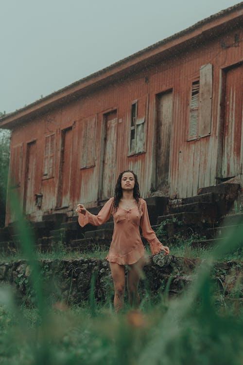 Бесплатное стоковое фото с досуг, женщина, красивый, позировать