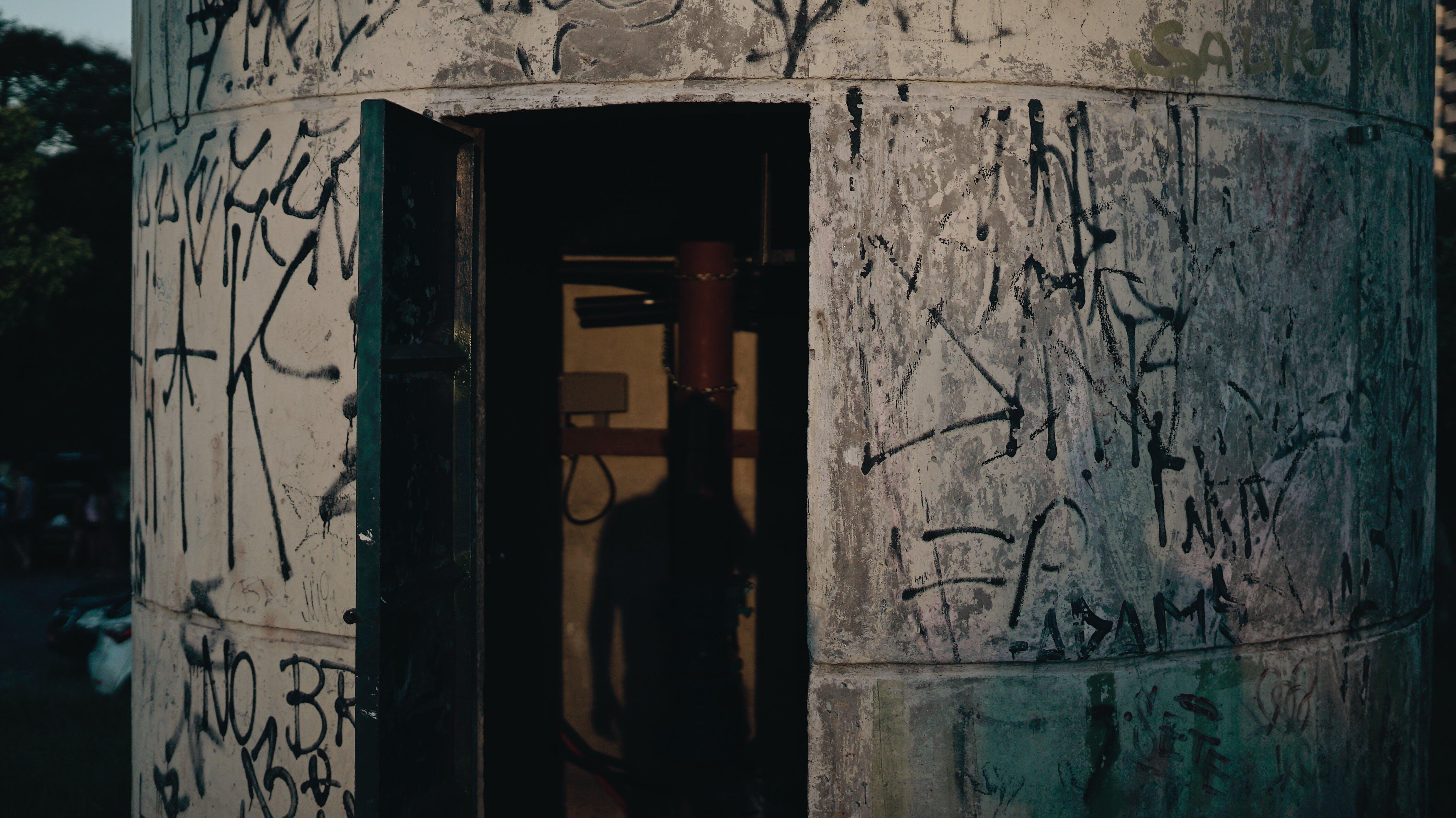 Kostenloses Stock Foto zu eingang, goldene stunde, graffiti, kunst