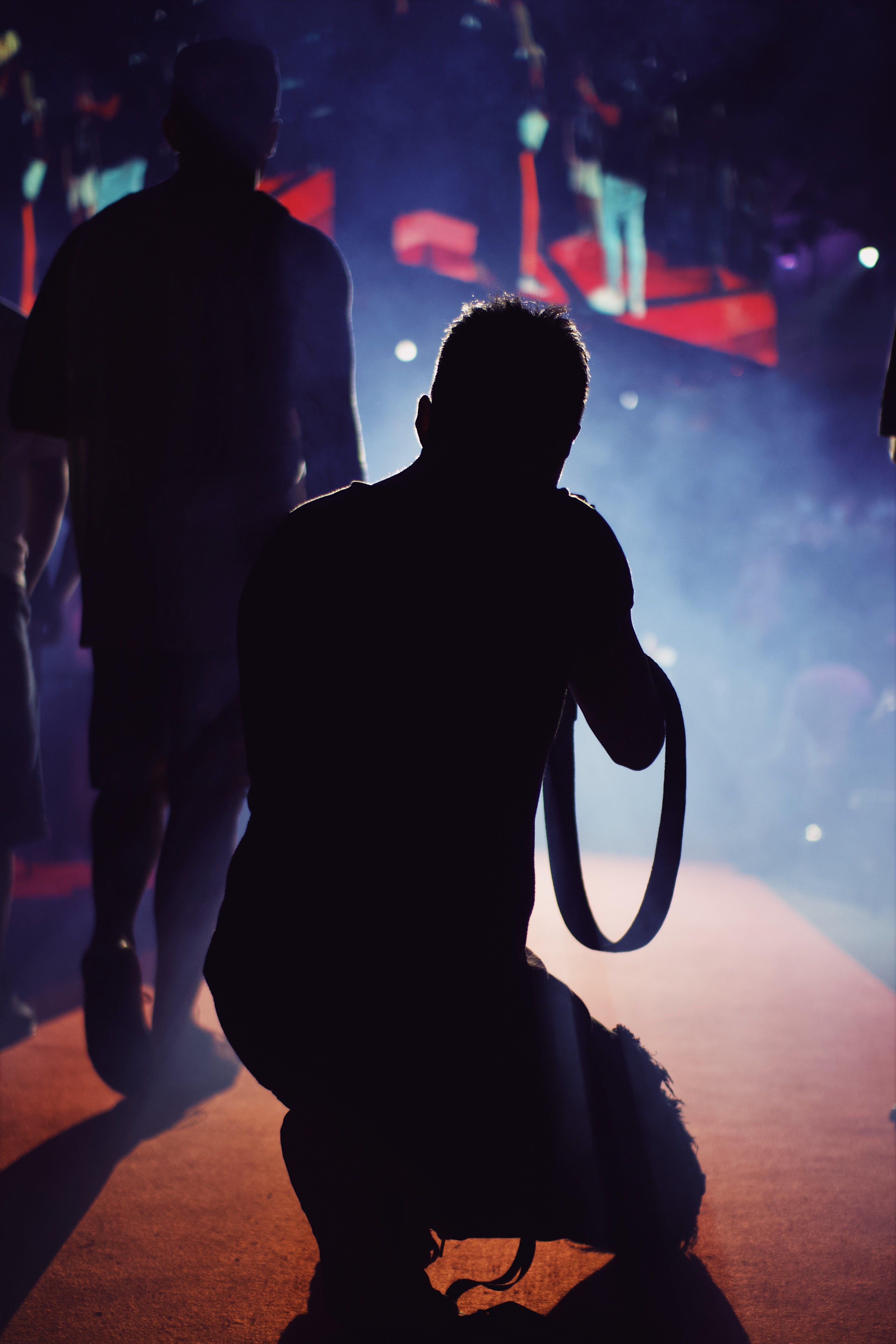 adam, arka ışık, aşama, diz çökmek içeren Ücretsiz stok fotoğraf