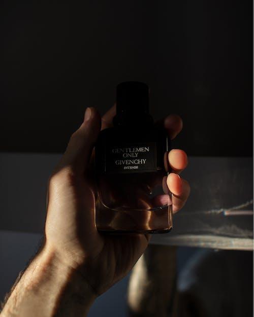 Kostenloses Stock Foto zu duft, fragance, gegebenchy, hand