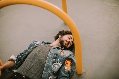 Бесплатное стоковое фото с Борода, выражение лица, джинсовая куртка, досуг