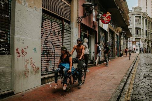 Foto profissional grátis de andando, arquitetura, bicicleta, caminhando
