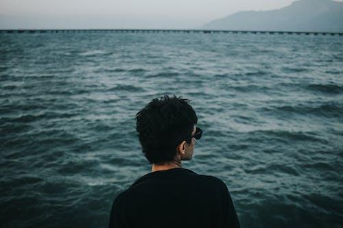 Foto profissional grátis de água, de volta, homem, mar