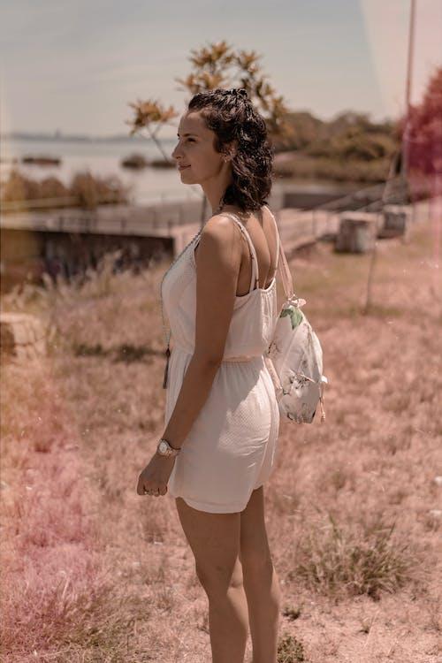 Fotos de stock gratuitas de mochila, mujer, mujer guapa, perfil