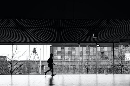 Photos gratuites de aéroport, femme marchant