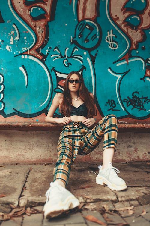 Fotobanka sbezplatnými fotkami na tému bruneta, človek, dáma, graffiti