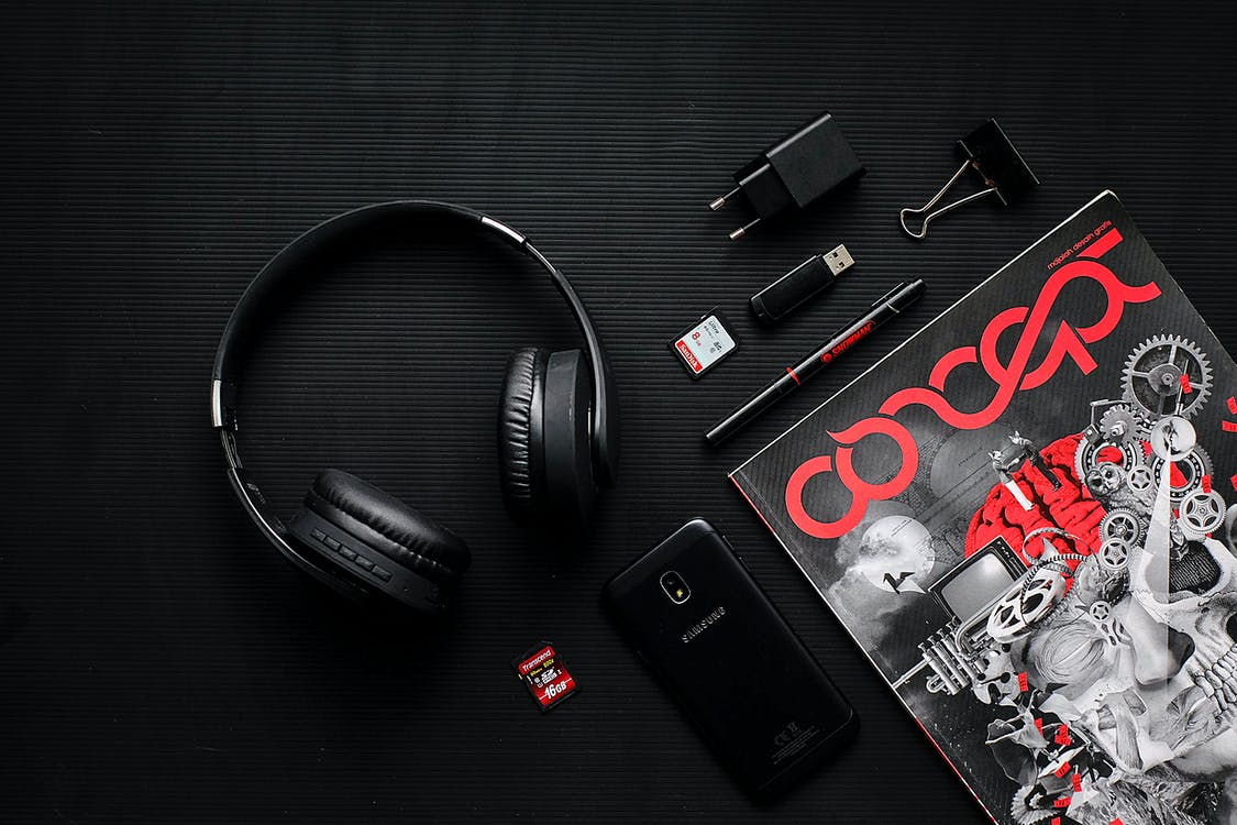 Základová fotografie zdarma na téma časopis, černá, červená