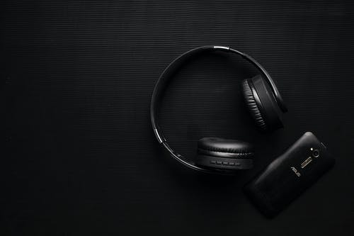 Foto profissional grátis de escuro, flat lay, fone de ouvido, negro
