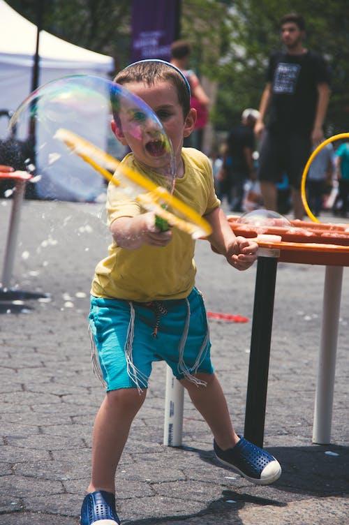 Darmowe zdjęcie z galerii z #outdoorchallenge, bańka, bawić się, chłopak