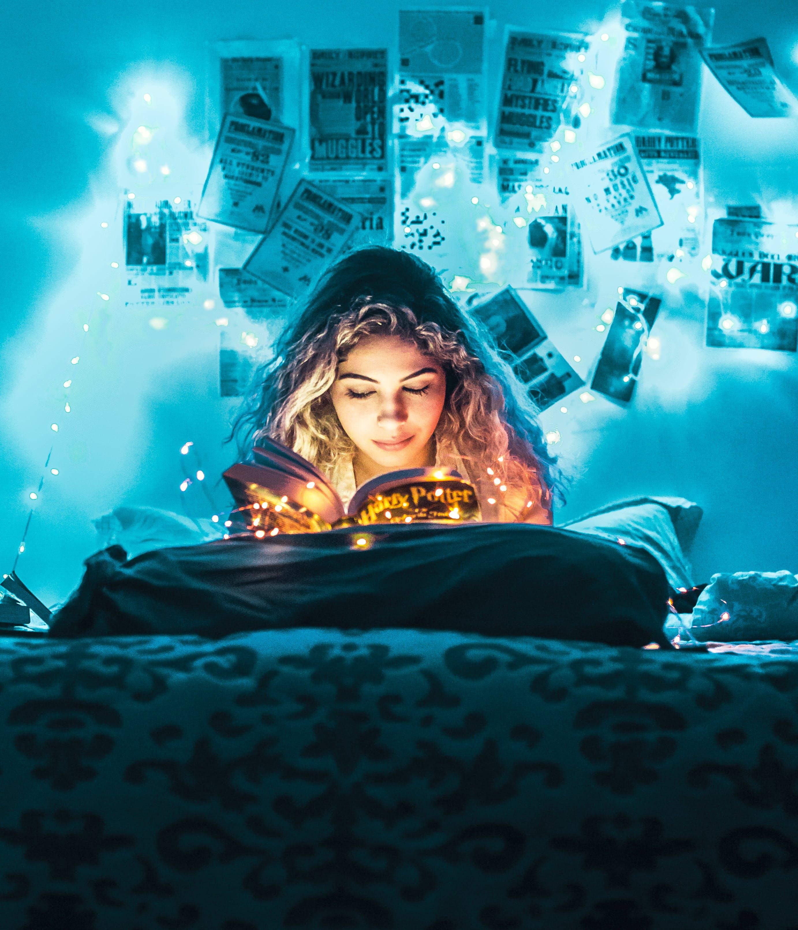Kostenloses Stock Foto zu beleuchtung, frau, lesen, lichterketten