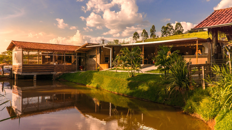 Kostenloses Stock Foto zu blauer himmel, land, landhaus, landleben