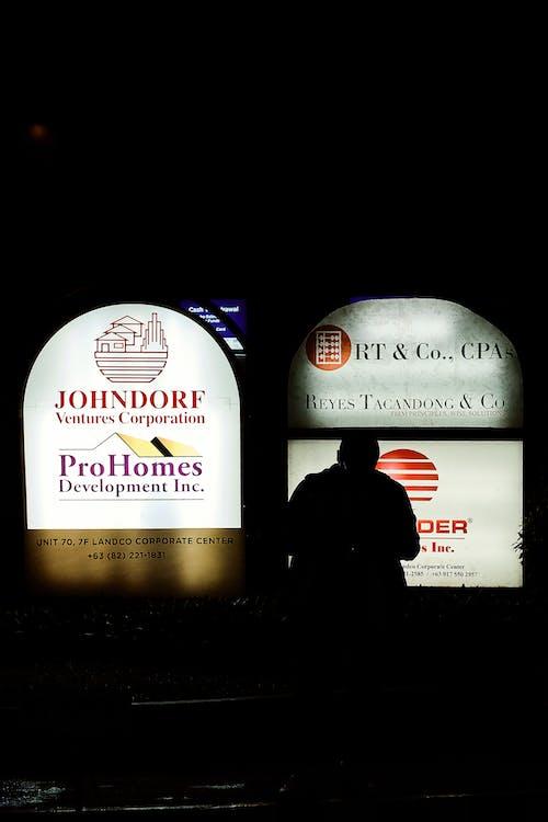 Бесплатное стоковое фото с азиатский, мужчина, ночная улица, ночная фотография