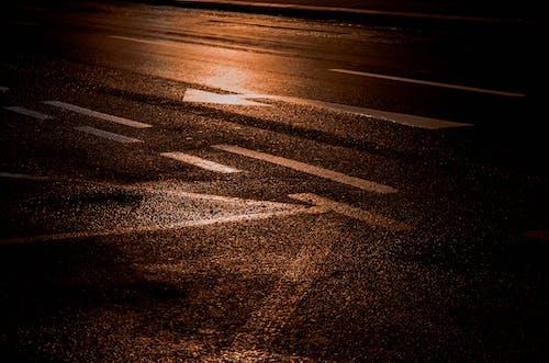 도로, 밤, 빛의 반사의 무료 스톡 사진