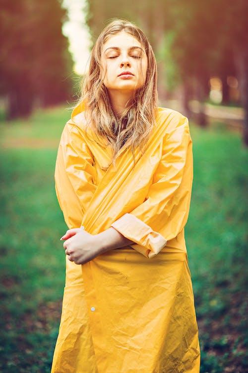 Foto d'estoc gratuïta de dia plujós, drama, groc, impermeable