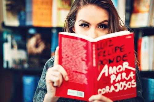 Ingyenes stockfotó könyv, nő, olvas, szem témában