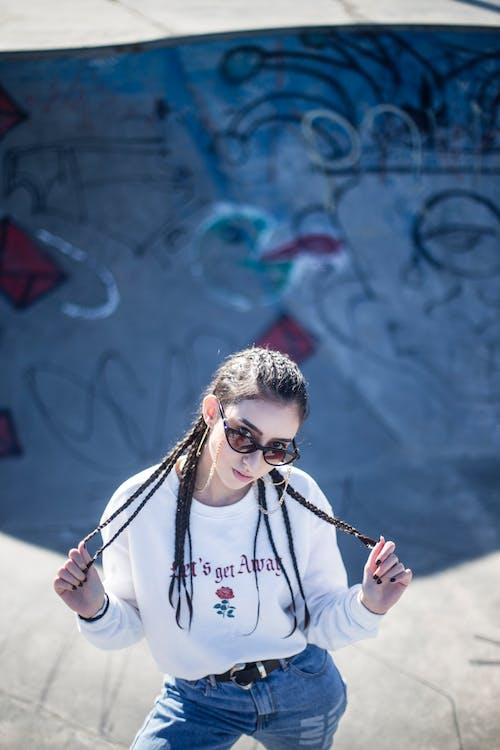 休閒裝, 塗鴉, 墨鏡, 女人 的 免费素材照片