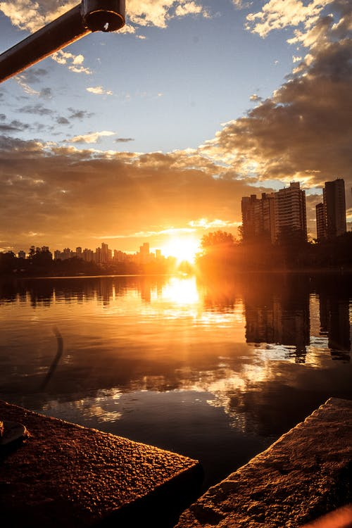 4k duvar kağıdı, altın rengi Güneş, aynadaki görüntü, Batan güneş içeren Ücretsiz stok fotoğraf