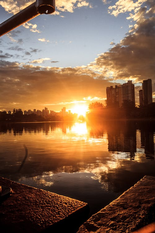 берег озера, закат, золотое солнце