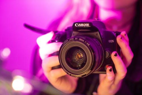 Foto d'estoc gratuïta de càmera, càmera que sosté la persona, fotografia, lent