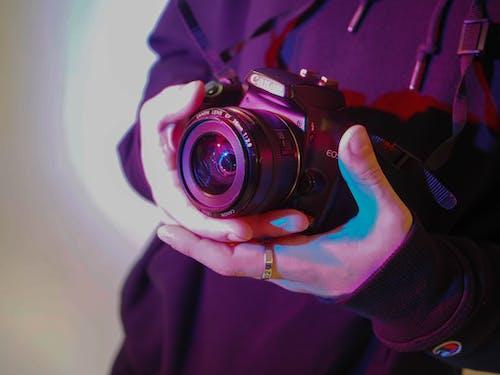Foto d'estoc gratuïta de blau, càmera, càmera que sosté la persona, DSLR