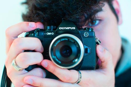 Foto d'estoc gratuïta de càmera, càmera que sosté la persona, fotògraf, fotografia